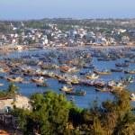 barcos de pesca en la bahía de mui ne, vietnam — Foto de Stock   #42256043