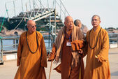 PUTUOSHAN, CHINA - NOV 11, 2008: Group of Buddhist monks at the  — Stock Photo