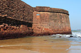 Fort Aguada's ramparts overlook Sinquerim Beach and the Arabian  — Stock Photo
