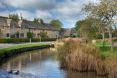 Row of Cotswold cottages on the River Eye, Lower Slaughter, Gloucestershire, England. — Stock Photo