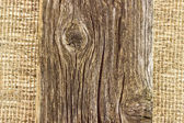 Деревянная доска на фоне мешковины — Стоковое фото