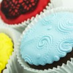 Three cupcakes on the white background — Stock Photo #35161439