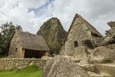 Ruins of two houses and Wayna Picchu in Machu Picchu with blu cloudy sky — Zdjęcie stockowe