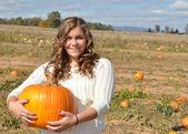 Girl holding a pumpkin — Stock Photo