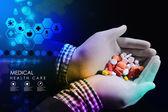Pills in doctor's hands — Stockfoto