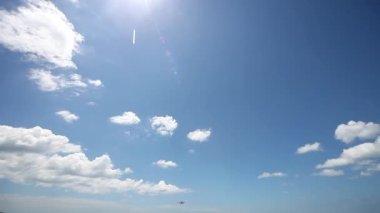 Aterrizaje de avión sobre el mar en el aeropuerto de la isla de phuket. tailandia — Vídeo de Stock