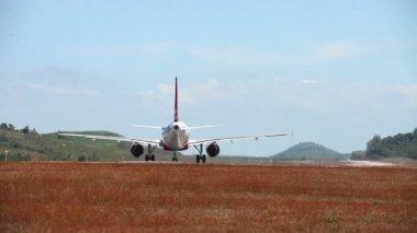 Decollo dall'aeroporto dell'isola di phuket. Thailandia — Video Stock