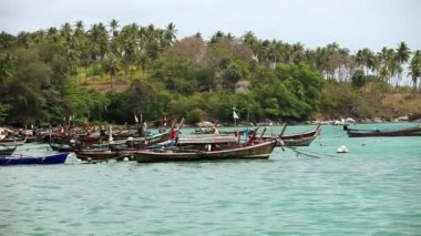 Asian fishing boats standing by the shore — Stockvideo