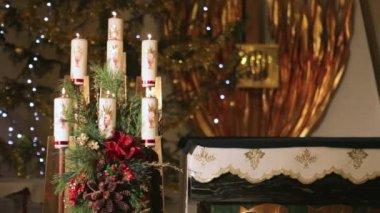 Kerzen in der Kirche — Stockvideo