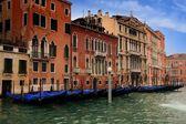 Budynki i gondole w grand canal wenecja — Zdjęcie stockowe