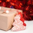 Wrapped gift box on red sparkling background — Stock fotografie