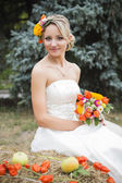 Beautiful bride in white wedding dress holding flower bouquet and smiling — 图库照片