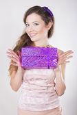 красивая веселая девушка, получать подарки на ее день рождения — Стоковое фото