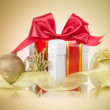 Gift box with bow and christmas balls — Stock Photo