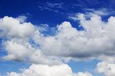 Синее небо с белыми облаками — Стоковое фото