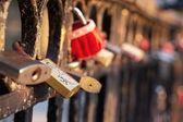 Diversas cerraduras en el puente de hierro — Foto de Stock