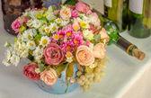 цветочный букет и вина бутылки — Стоковое фото