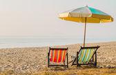 Paire de chaises longues de plage sur la côte déserte — Photo