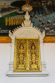Golden Ornament wooden window of Thai temple in Lamphun, Thailand — Stockfoto