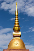Thai chedi over blue sky — Stock Photo