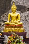 Estatua de buda en el chedi, wat chedi pulmón chiangmai — Foto de Stock