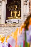 Estátua de buda em chedi, wat chedi pulmão chiangmai — Fotografia Stock