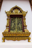 Goldenes ornament Holzfenster des thai-Tempels in Chiangmai, thai — Stockfoto