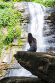 Thai Girl Look Tad Mork Water Fall in Maerim , Chiangmai Thailand — Foto Stock