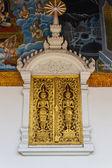 Zlatá ozdoba dřevěné okno thajského chrámu v Lamphunu, Thajsko — Stock fotografie