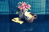 Vida ainda pequeno-almoço, manteiga de café xícara branca e rosa plástico — Fotografia Stock