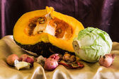 Still life split pumpkin, shallots, garlic, dried chilli and cab — Stok fotoğraf