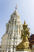 Decorative carved angels and pagoda at Thai temple — Stockfoto