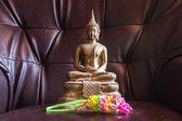 Stilleben buddha-statue mit garland — Stockfoto