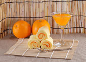 Roll cake and orange juice — 图库照片