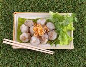 Al vapor dumpling de tapioca con carne de cerdo en hierba verde — Foto de Stock