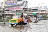 BANGKOK, THAILAND - NOVEMBER 5: Trucks navigate at one of Bangko — Stock Photo