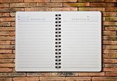 Notebook auf den brickwall — Stockfoto