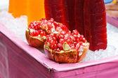 Ein granatapfel frucht auf eis — Stockfoto