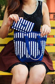 Portrait of happy young woman carrying shoulder bag — ストック写真