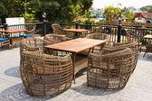Bord med stol i den gröna trädgården — Stockfoto