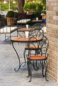 Tisch mit stuhl im grünen garten — Stockfoto