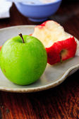 Ripe green and red  apples in bowl on wooden — 图库照片