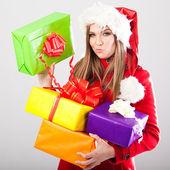 Mujer hermosa joven con un regalo navideño — Foto de Stock
