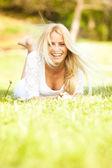 Krásná mladá žena v přírodě — Stock fotografie