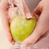 Washing fresh vegetables — Stockfoto
