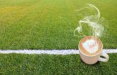 горячий кофе на зеленой траве — Стоковое фото