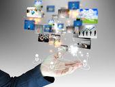 Empresario sosteniendo un resplandeciente, conectado — Foto de Stock
