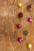 Vánoční ozdoba koule na dřevěné pozadí — Stock fotografie
