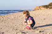 Cute baby girl playing on the beach — Stock Photo