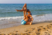Young couple practicing a dance scene at the beach. — Stock Photo